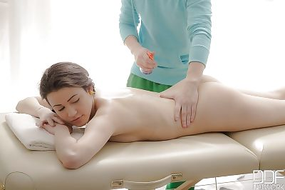 Youngster with accomplished hairless amateur bawdy cleft acquires relaxing massage